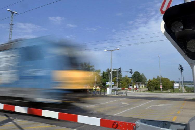 vasúti átjáró, vonat